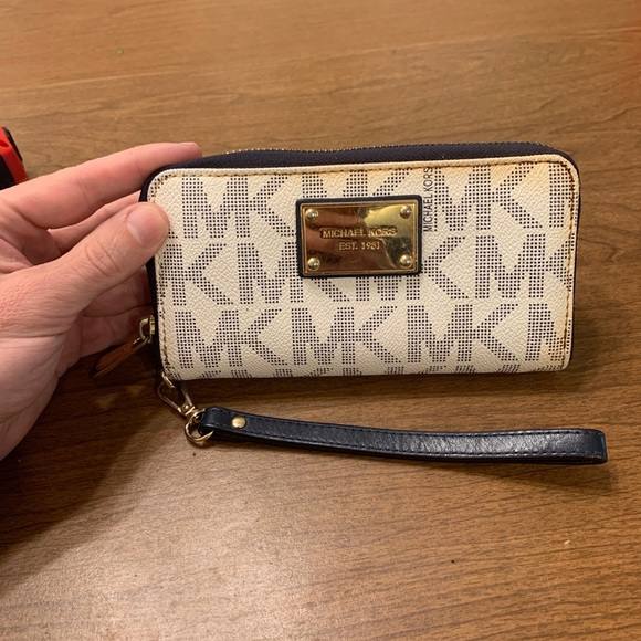 Michael Kors White Women's Wallet - Used 6.5x3.75